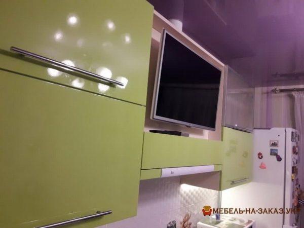 верхние секции кухни с телевизором