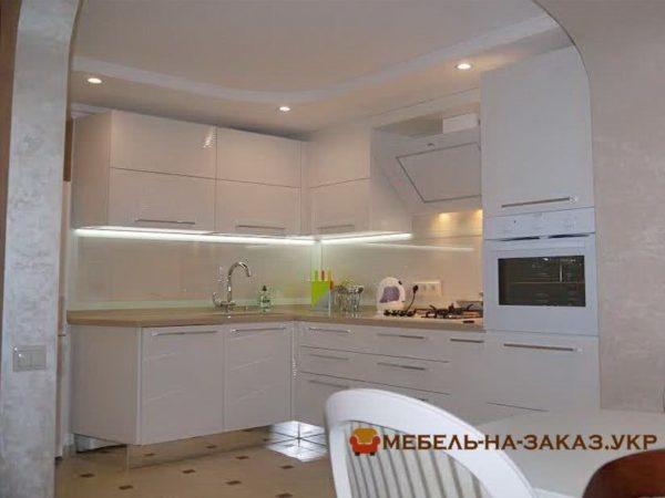 кухня с встроенной духовкой