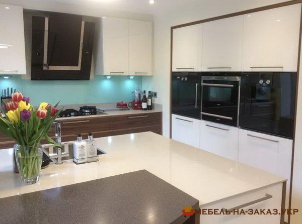 кухня с кухонным островом