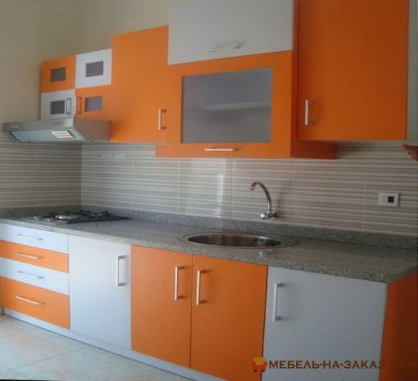 кухня на заказ с бело оранжевыми фасадами