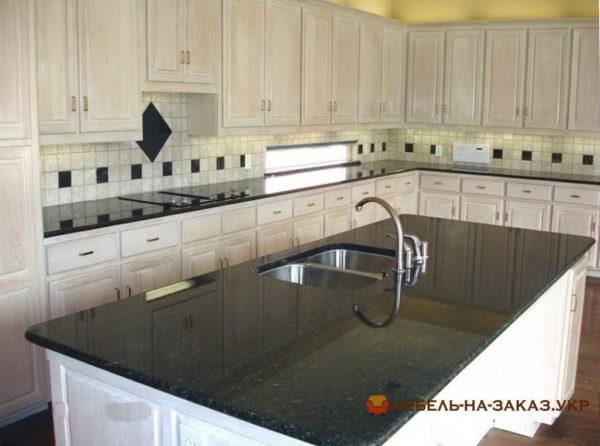 кухонный остров с кварцевой столешницей