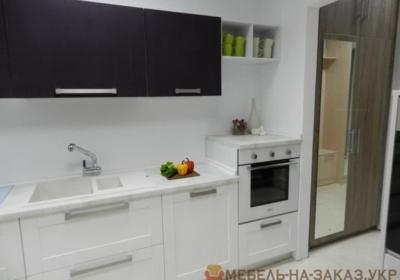 белая маленькая кухня с разных ракурсов