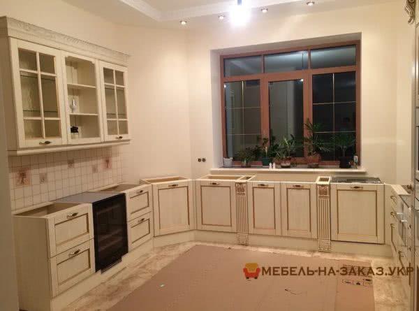 угловая кухня с витринами и подойником столешницей
