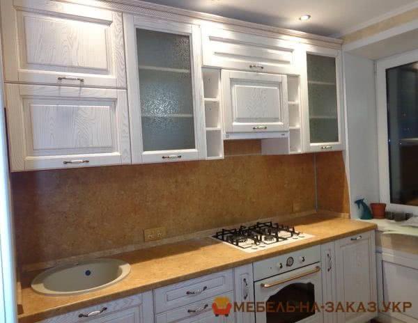 белая кухня с телескопической вытяжкой
