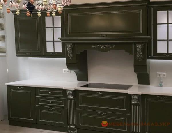 болотного цвета кухня из дерева