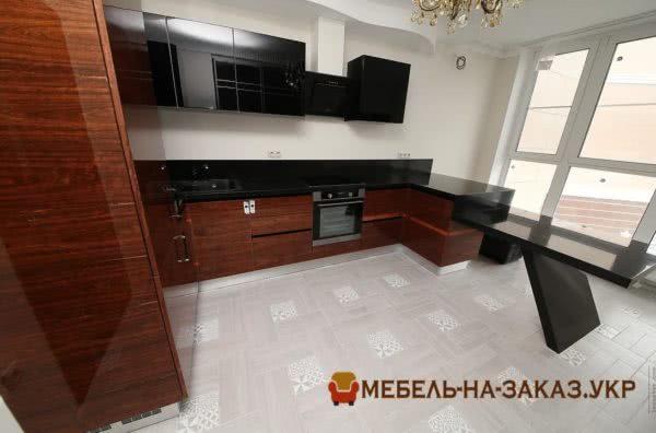 деревянная кухонная мебель по периметру