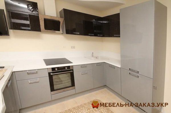 серая кухня с черными верхними фасадамси