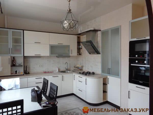 кухня с радиусными фасадами и столом