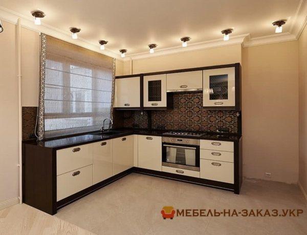 кухня из темного корпуса и светлого фасада