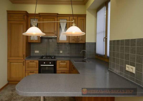 кухня формы подковы со светильниками