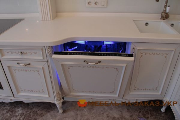 посудомоечная машина на кухне с подсветкой