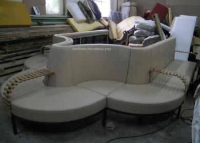 радиусный диван необычной формы