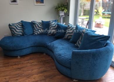 голубой закругленый диван