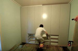 монтаж шкафа в спальне