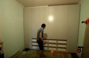 установка дверей в шкаф спальни