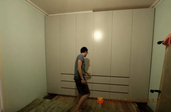 нестандартный шкаф в спальне