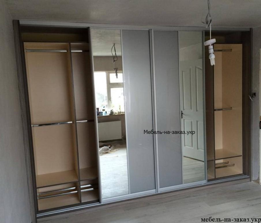 шкаф-купе с зеркальными дверями в гостиную