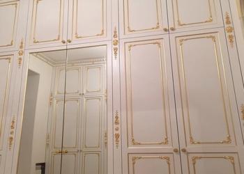 встроенный классический белый встроенный шкаф