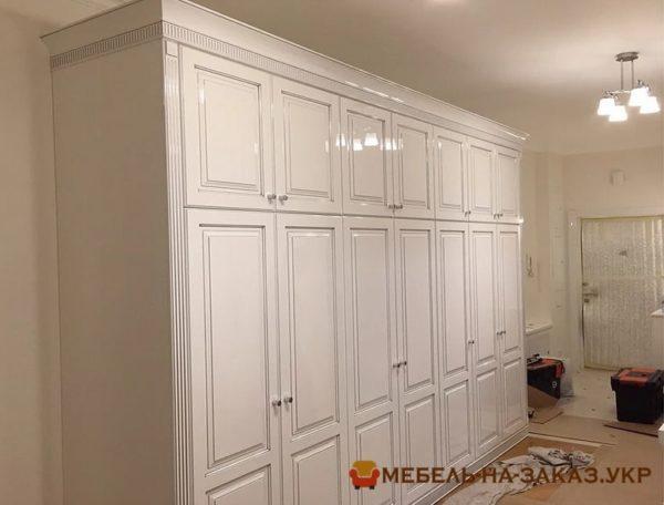 Вместительный шкаф в прихожей недорого