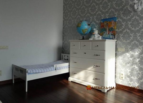 белая кровать и комод