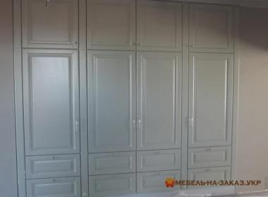 белый шкаф из массива встроенный для гостиной