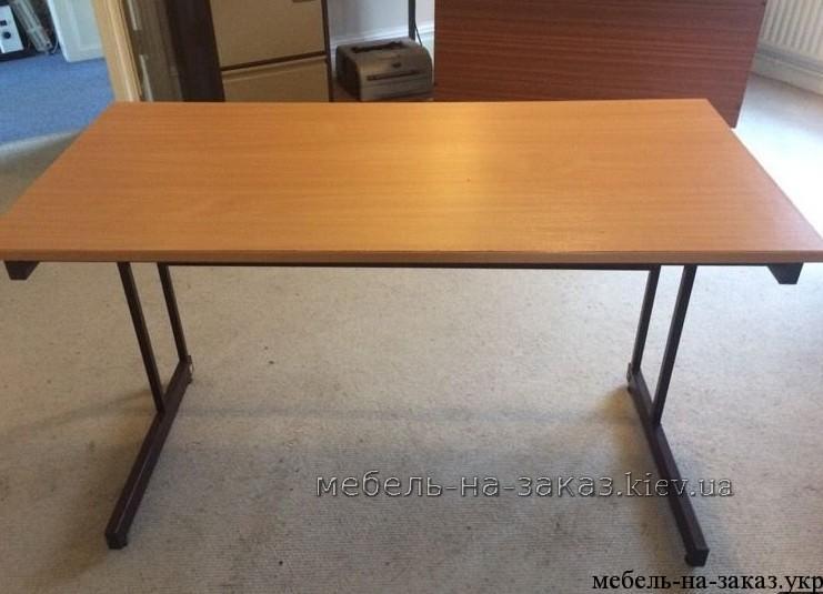 стол с металлическими ножками