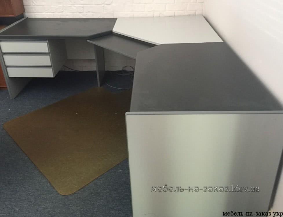 серый офисный угловой стол
