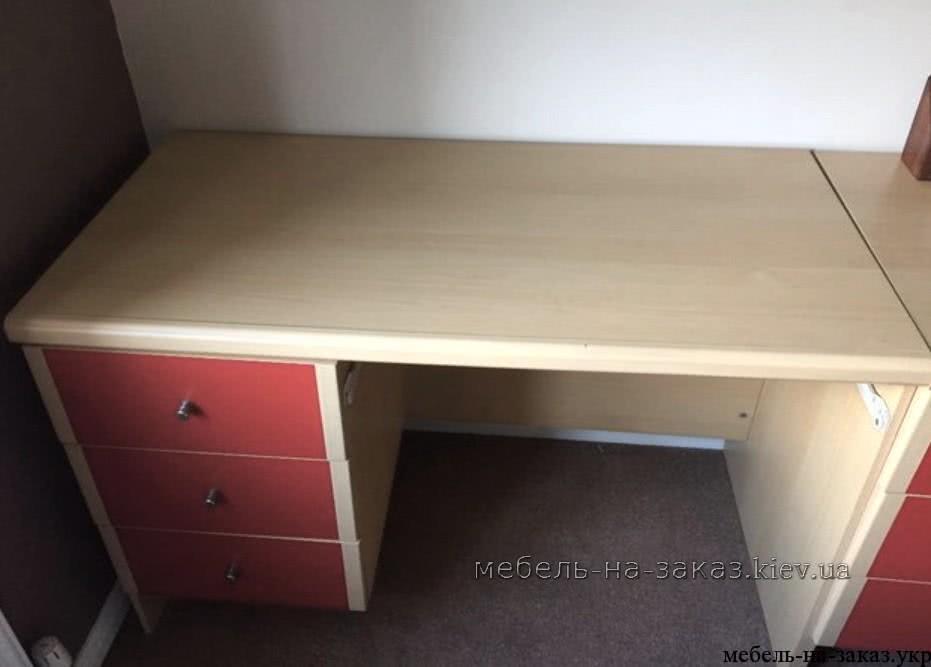 прямой стол с красными ящиками