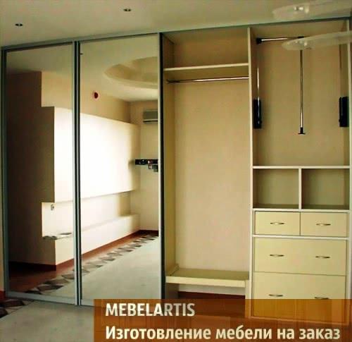 большой шкаф-купе с зеркальными дверями в коридор