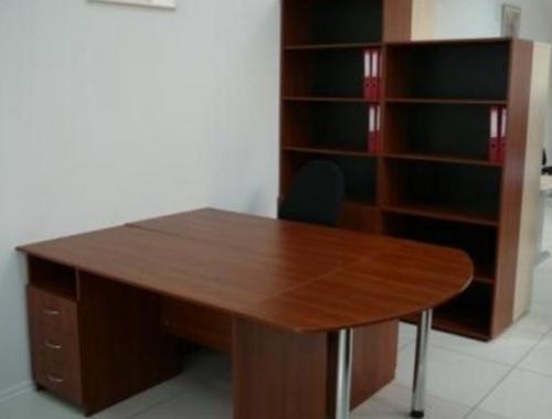 стол с офисными стеллажами