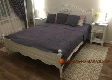 кровать с резьбой по дереву
