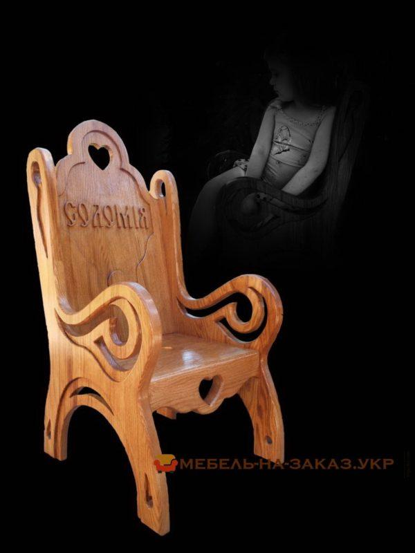 кресло из резного дерева