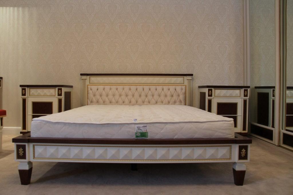 кровать с изголовье из дерева