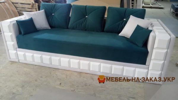 бело синий диван с подушками