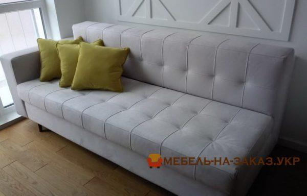 серий диван с желтыми подушками
