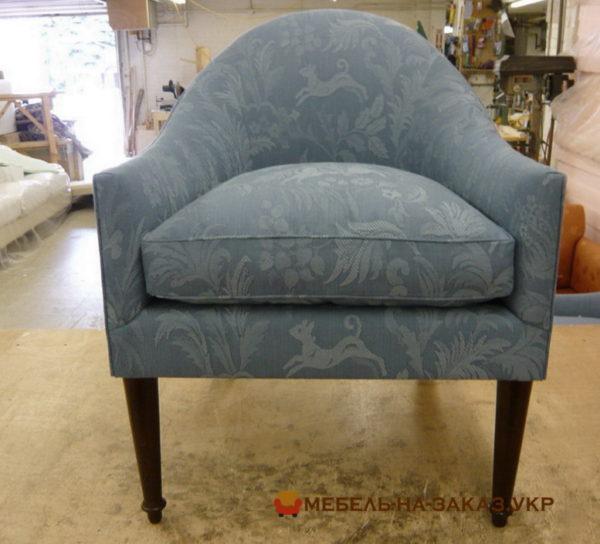 серое кресло с высокими ножками
