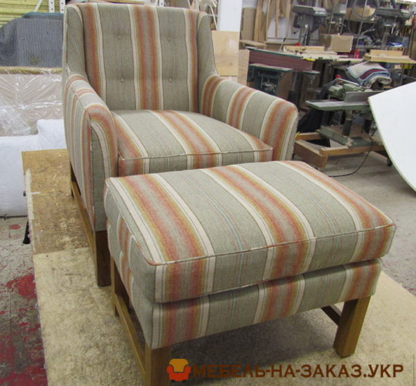 полосатое кресло с пуфом