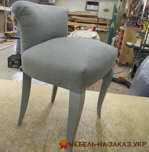 серый мягкий стул