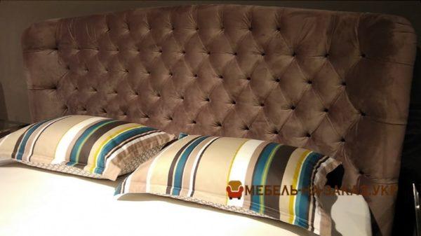 коричневое мягкое изголовье кровати