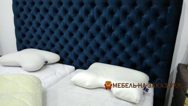 голубое мягкое изголовье кровати