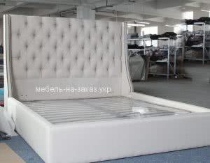 светлая кровать с мягким изголовьем