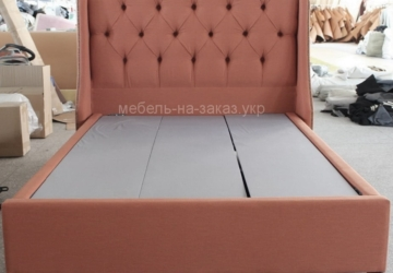 рыжая кровать с мягким изголовьем