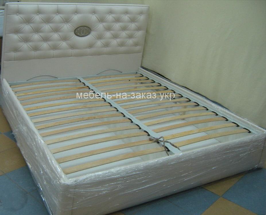 нестандартная кровать с лолготипом
