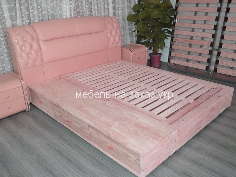 мягкая кровать розового цвета