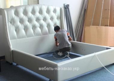 процесс сборки мягкой нестандартной кровати
