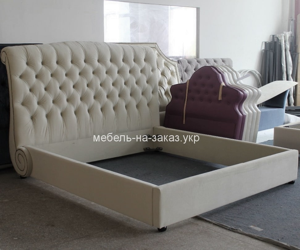 серая кровать высоким изголовьем на заказ