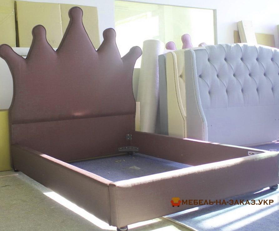 серая кровать высоким изголовьем под заказ в Киеве