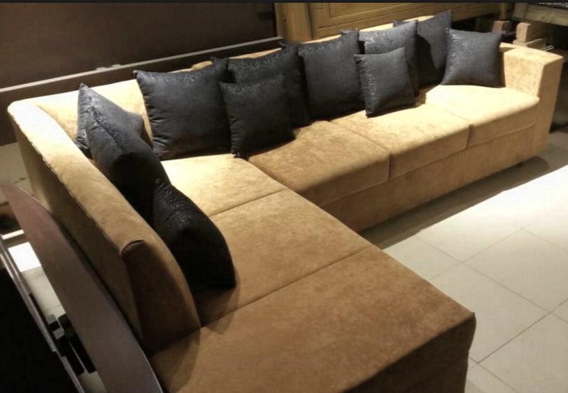 диван с черными подушками