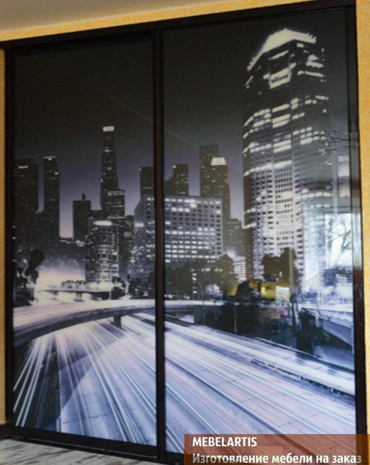 фотография ночного города на шкафе