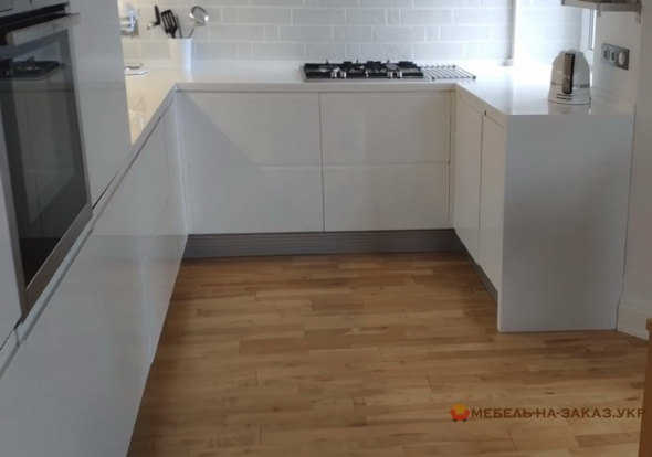 белая п бразная кухня в современном стиле глянец